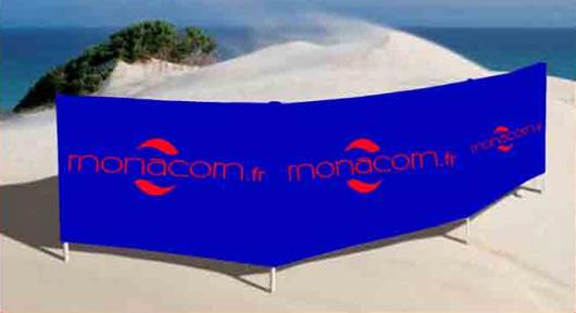 Une barrière publicitaire sur une plage