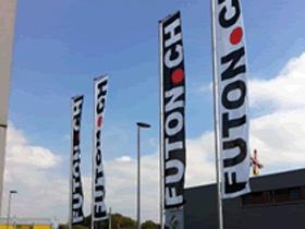 Des drapeaux publicitaires en extérieur
